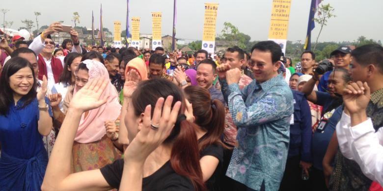 Gubernur DKI Jakarta Basuki Tjahaja Purnama ikut berjoget dengan warga saat menghadiri sejumlah acara di Rusunawa Daan Mogot, Jakarta Barat, Sabtu (5/3/2016) pagi.