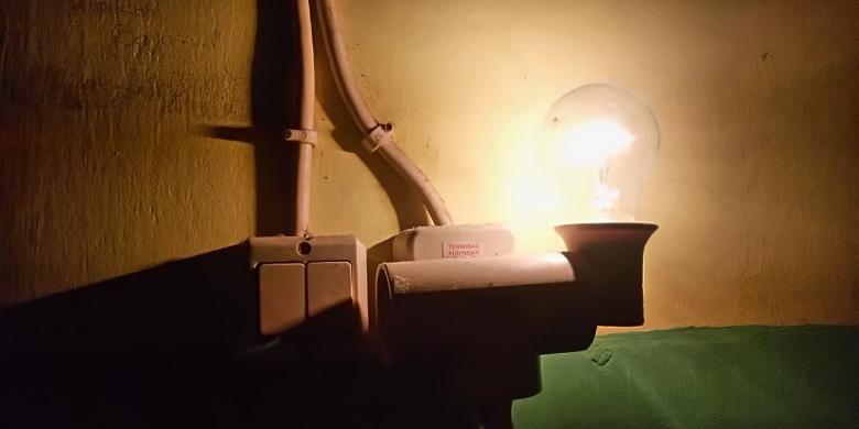 Lampu listrik warga.