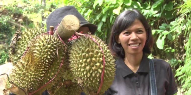 Wisatawan bersama petani durian di desa wisata Sawahan, Kecamatan Watulimo, Kabupaten Trenggalek, Jawa Timur.