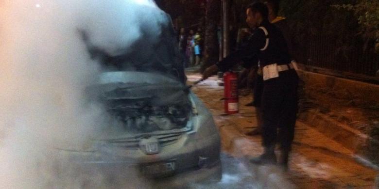 Mobil sedan yang terbakar di Jalan TB Simatupang