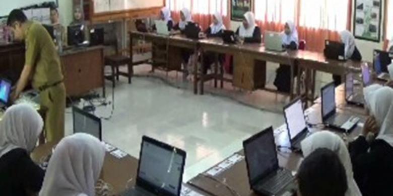 Jaringan internet di SMK Negeri 1 Pinrang, Kabupaten Pinrang, Sulawesi Selatan, mengalami gangguan sehingga siswa terpaksa menggunakan modem secara beramai-ramai.