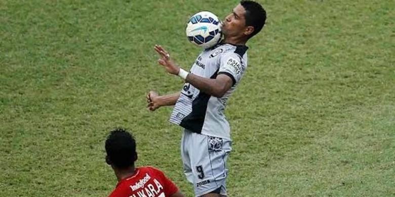 Striker asal Brasil, Beto Goncalves, membela Sriwijaya FC dan berhadapan dengan Bali United pada perebutan peringkat tiga Piala Bhayangkara, Minggu (3/4/2016).