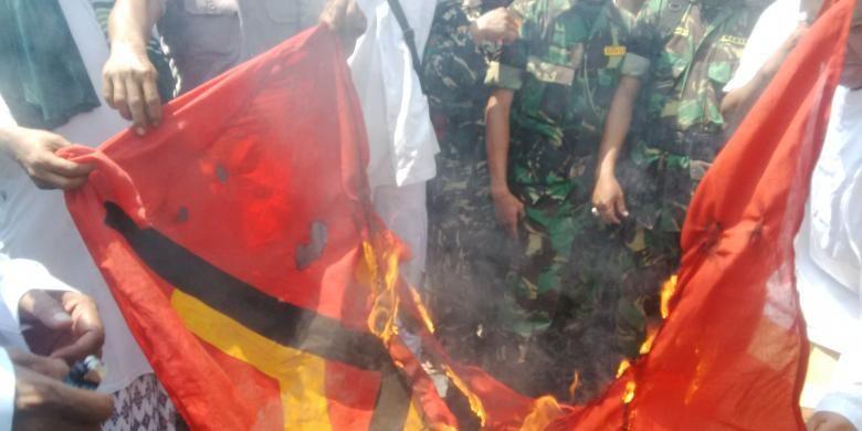 Aksi pembakaran bendera PKI di depan Gedung Negara Grahadi Surabaya, Kamis (27/4/2016)