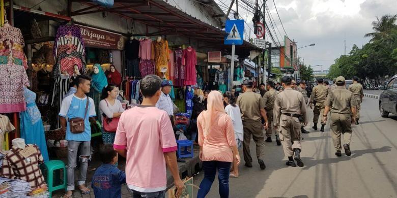 Satpol PP merazia pedagang kaki lima (PKL) Tanah Abang, Jakarta Pusat, Kamis (10/6/6/2016).