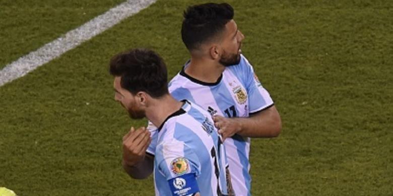 Sergio Aguero coba membesarkan hati Lionel Messi yang gagal saat eksekusi penalti pada final Copa America Centenario, Minggu (26/6/2016).