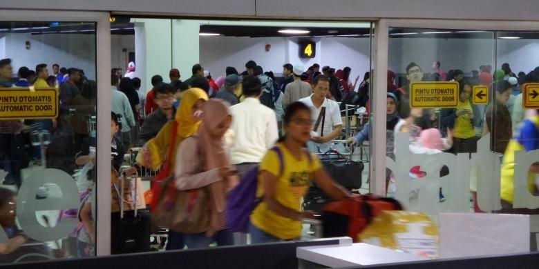 Sejumlah penumpang pesawat keluar dari pintu kedatangan Terminal 1B Bandara Soekarno-Hatta, Senin (11/7/2016) malam. Penumpang yang baru tiba memenuhi bandara setelah melakukan perjalanan libur panjang saat Lebaran 2016.