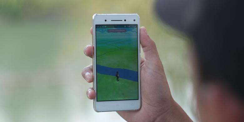 Ilustrasi bermain Pokemon Go