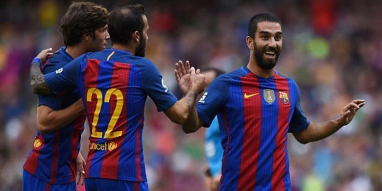 Pemain tengah Barcelona, Arda Turan (kanan), melakukan selebrasi setelah mencetak gol ke gawang Celtic FC pada pertandingan pramusim bertajuk International Champions Cup (ICC) 2016 di Stadion Aviva, Sabtu (30/7/2016).