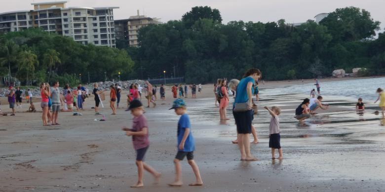 Anak-anak bermain di Mindil Beach, Northern Territory. Pantai ini terletak sekitar 3 km dari pusat kota Darwin.
