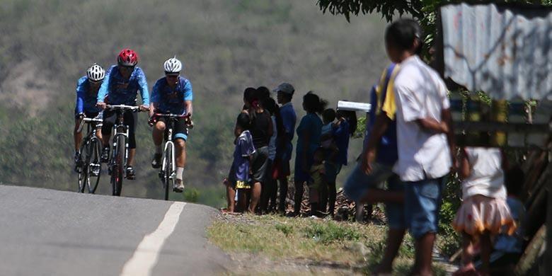 Peserta Jelajah Sepeda Flores -Timor yang diadakan harian Kompas melintasi kawasan Welak, Manggarai Barat, Nusa Tenggara Timur, Sabtu (13/8/2016). Etape pertama Labuan Bajo-Ruteng menempuh jarak sejauh 135 kilometer.