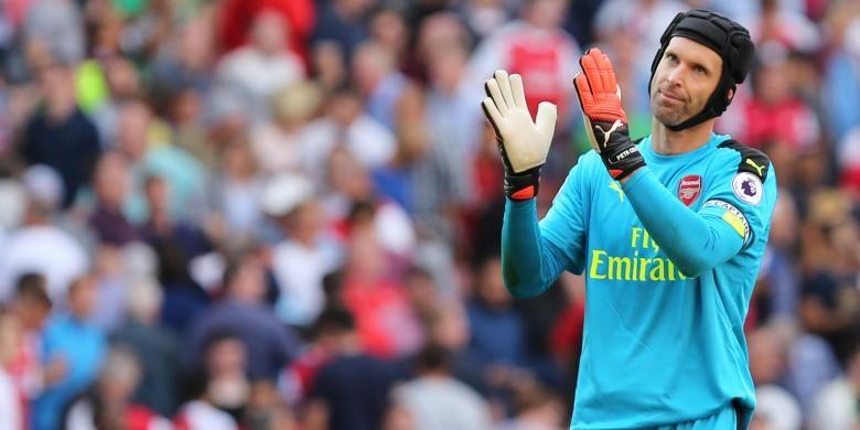 Reaksi penjaga gawang Arsenal, Petr Cech, usai pertandingan melawan FC Liverpool di Stadion Emirates, London, Minggu (14/8/2016), pada pekan pertama Premier League. Arsenal kalah 3-4.