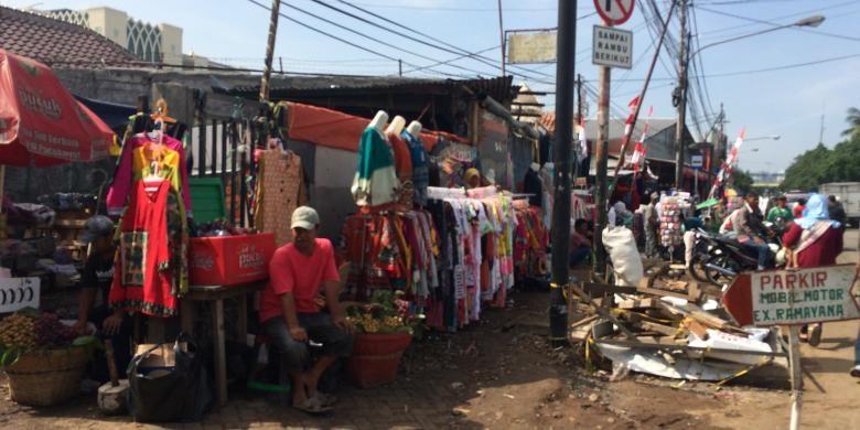Pedagang kaki lima (PKL) kembali okupasi trotoar di seberang Stasiun Tanah Abang, Jakarta Pusat, Selasa (23/8/2016).
