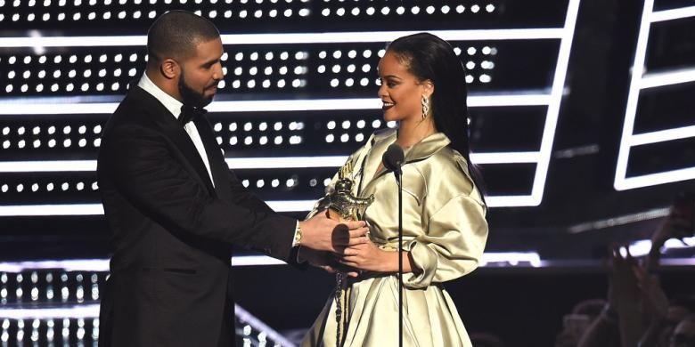Drake Lengserkan Ed Sheeran dari - LOS Drake menghentikan Ed Sheeran bertengger selama dua minggu pada tangga album Billboard Rapper Kanada itu berhasil menjual