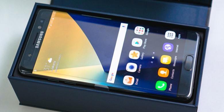 Unit Galaxy Note 7 tersimpan di dalam kotak yang ditutup dengan memakai engsel magnet. Smartphone ini akan langsung menyambut begitu kotak dibuka. Tentu, dengan keadaan masih dimatikan.