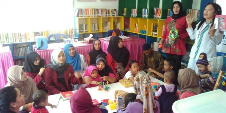 Para ibu mendapat edukasi mengenai gizi seimbang untuk bayi dan balita di Posyandu Kemala, Pontianak, Kalimantan Barat.