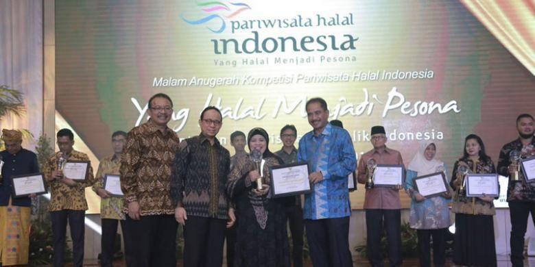 Menteri Pariwisata (Menpar) Arief Yahya memberikan penghargaan Anugerah  Pariwisata Halal Terbaik 2016 kepada para pemenang Kompetisi Pariwisata Halal Tingkat Nasional (KPHN) 2016 di Balairung Soesilo Soedarman, Gedung Sapta Pesona Jakarta, Kementerian Pariwisata, Jumat (7/10/2016) malam.