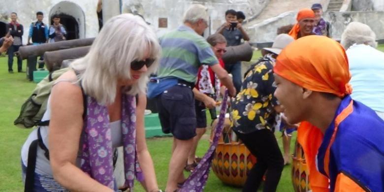 Wisatawan Inggris di Benteng Marlborough, Bengkulu disambut dengan musik doll, Kamis (20/10/2016).  Ratusan wisatawan Inggris ini tiba di Pelabuhan Pulau Baai menggunakan Kapal Pesiar Caledonian Sky.