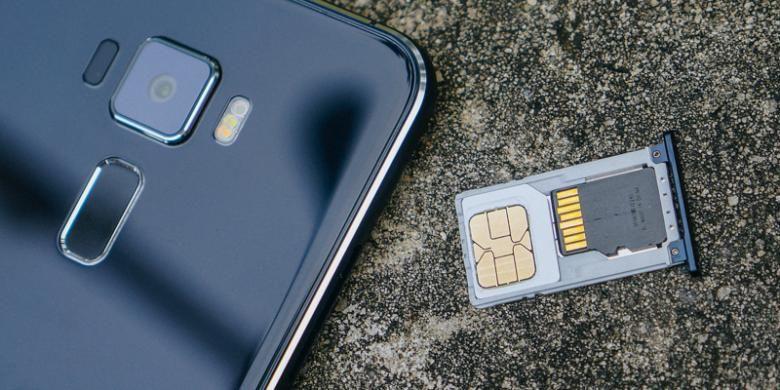 Tray kartu SIM ZenFone 3 ZE520KL. Slot SIM card kedua berbagi tempat dengan slot micro-SD card.