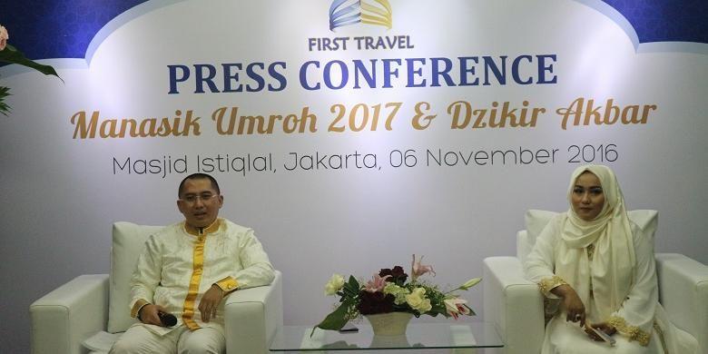 Presiden Direktur First Travel Andika Surachman (kiri) memberikan keterangan kepada wartawan terkait jemaah umroh yang diberangkatkan First Travel di Masjid Istiqlal Jakarta, Minggu (6/11/2016). First Travel sendiri memberangkatkan sekitar kurang lebih 50.000 jemaah umroh.