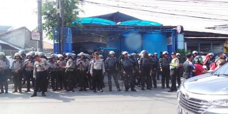 Pengamanan kepolisian di Kedoya Utara, Jakarta Barat, Kamis (10/11/2016). Rencananya calon gubernur DKI Jakarta Basuki Tjahaja Purnama atau Ahok akan berkampanye di sini.