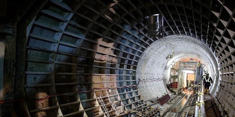 Aktivitas pekerja menyelesaikan pengerjaan proyek pengeboran terowongan untuk angkutan massal cepat (Mass Rapid Transit/MRT) di Stasiun Dukuh Atas, Jakarta Pusat, Kamis (24/11/2016). Pengerjaan proyek MRT fase pertama ini diperkirakan rampung pada tahun 2018.