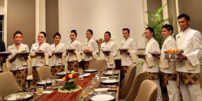 Penyajiam makan ala rijsttafel di ruang VIP, Roemah Kuliner, di Metropole, Jakarta Pusat.