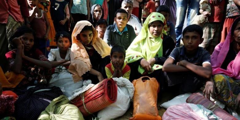 Para pengungsi Rohingya, sebagian adalah anak perempuan, yang memasuki Banglades untuk menghindari kekerasan di Rakhine, Myanmar, Senin (21/11/2016).