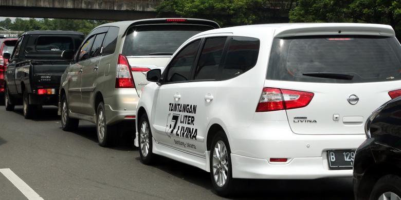 Nissan Grand Livina dalam Tantangan 7 Liter Livina, terjebak di kemacetan.
