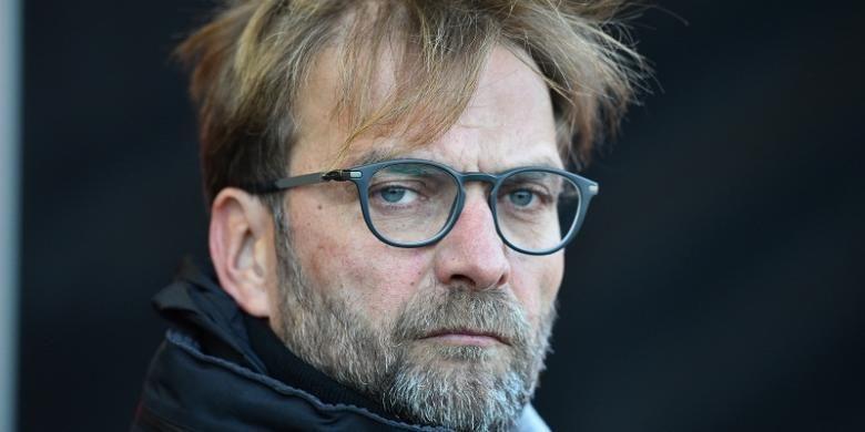 Manajer Liverpool, Juergen Klopp, menyaksikan anak asuhnya bertanding melawan AFC Bournemouth, di Stadion Vitality, Minggu (4/12/2016).