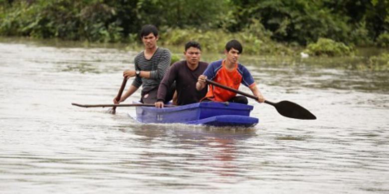 Petugas penyelamat sedang mencari dua bocah yang dikabarkan hanyut di sungai yang meluap saat banjir melanda wilayah selatan Thailand, di Provinsi Pattani, Selasa (6/12/2016).