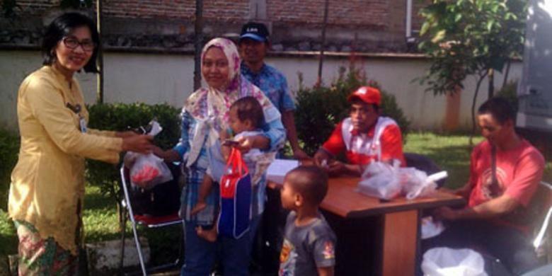 Ratusan warga mengantre pembelian daging murah di Kantor Kecamatan Cipayung, Jakarta Timur, Kamis (15/12/2016).