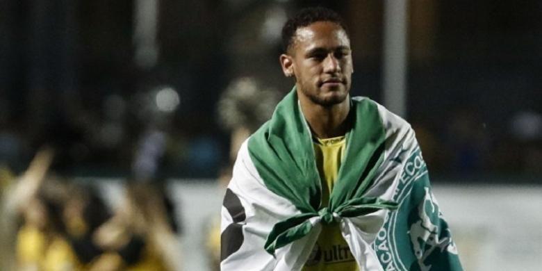 Penyerang FC Barcelona, Neymar, membawa bendera Chapecoense dalam laga testimoni di Stadion Pacaembu, Sao Paolo, Kamis (22/12/2016).