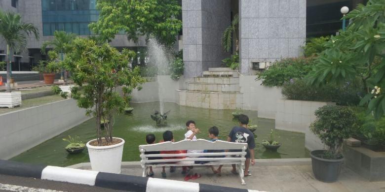 Sebuah kolam yang berada di area Gedung    DPRD DKI Jakarta, Jalan Kebon Sirih, Senin (26/12/2016).