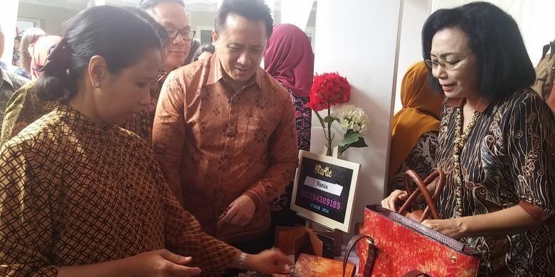 Menteri BUMN Rini Soemarno meninjau stand di rumah kreatif Surabaya, Rabu (11/1/2017)