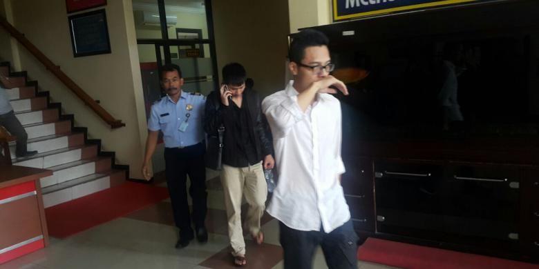 Foto : Dua tenaga kerja asing asal Guangxi, China berjalan menuju mobil untuk dideportasi ke negara asalnya melalui Bandara Internasional Juanda Surabaya usai diperiksa di Kantor Imigrasi Kelas II Madiun, Sabtu ( 14 / 1 / 2017) .