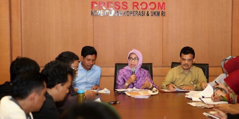 Konfrensi Pers Deputi bidang Restrukturisasi Usaha, Kemenkop UKM, Yuana Sutyowati terkait program wirausaha pemula dan penanganan koperasi dan umkm terdampak bencana di kantornya, Jakarta, Rabu (18/1/2017).