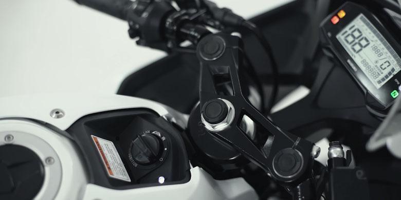 Posisi rumah kunci (main switch) sistem keyless ignition system pada Suzuki GSX-R 150.
