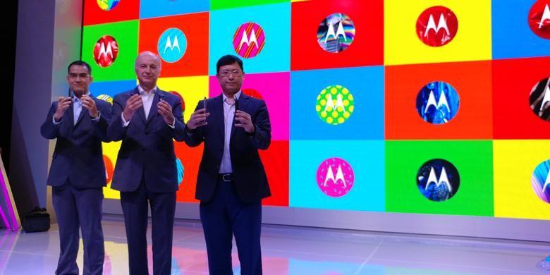 (ki-ka) Adrie Suhadi, Country Lead Lenovo Mobile Business Group; Aymar de Lencquesaing, Chairman &President Motorola Mobility; dan Dillon Ye, Vice President Lenovo saat acara peluncuran Moto Z di Jakarta, Rabu (25/1/2017)