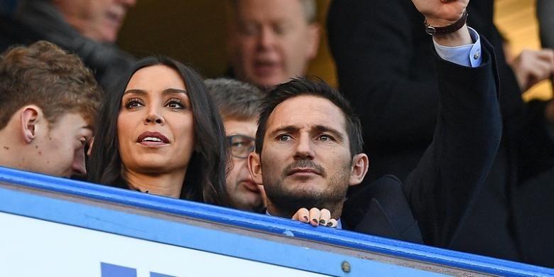 Frank Lampard bersama istrinya, Christine Bleakley, menyaksikan langsung pertandingan Premier League antara Chelsea dan West Bromwich Albion, di Stadion Stamford Bridge, 11 Desember 2016.