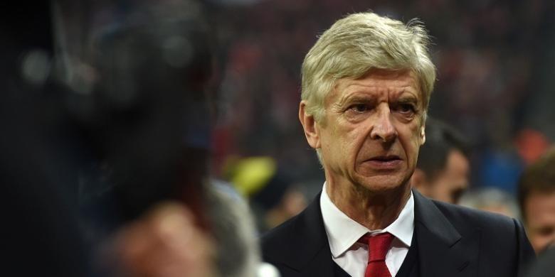 Manajer Arsenal, Arsene Wenger, tiba di Allianz Arena menjelang laga babak 16 besar Liga Champions kontra Bayern Muenchen, Rabu (15/2/2017).