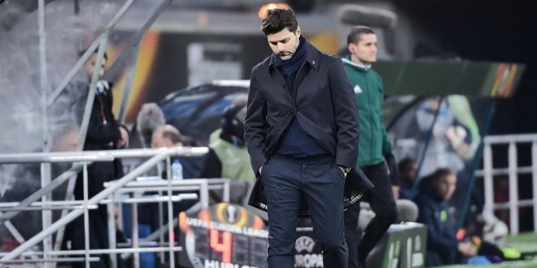 Manajer Tottenham Hotspur, Mauricio Pochettino, tampak tertunduk saat mendampingi timnya dalam laga pertama babak 32 besar Liga Europa kontra KAA Gent, di Ghelamco Arena, Kamis (16/2/2017). Dalam laga itu, Tottenham kalah 0-1.