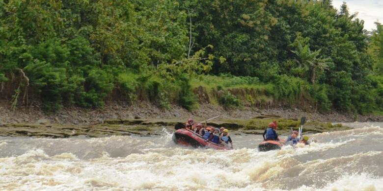 Belasan wisatawan dari blogger dan awak media, rafting di Sungai Bogowonto, Purworejo dalam famtrip DInporapar Jawa Tengah, Rabu (15/2/2017). Karakter jeram yang rapat dan sambung menyambung di sungai Bogowonto, menjadi tantangan tersendiri.(Bogowonto Indonesia Adventure)
