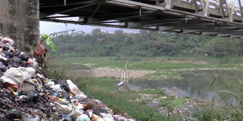 Citarum bak sedang sekarat. Hal itu bahkan sejak jauh-jauh hari dipaparkan oleh orang nomor satu di Jawa Barat.