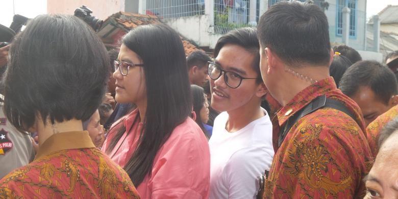 Kahiyang Ayu dan Kaesang Pangarep turut serta membantu ayahnya, Presiden Joko Widodo saat membagi-bagikan paket sembako di Kampung Lio, Pancoran Mas, Depok, Jumat (1/7/2016).