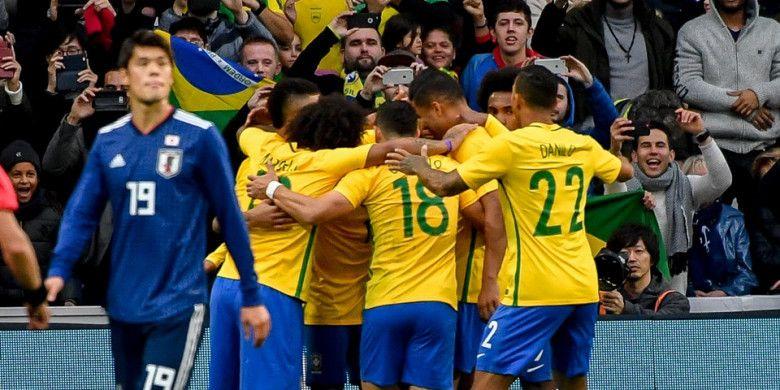 Para pemain timnas Brasil merayakan gol yang dicetak oleh Neymar dalam laga persahabatan kontra Jepang di Stadion Pierre Mauroy, Villeneuve dAscq, Prancis, pada 10 November 2017.