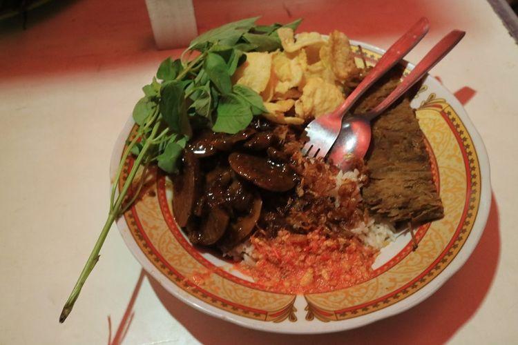 Seporsi nasi uduk semur jengkol dengan empal goreng di Warung Nasi Uduk Bang Udin Kawasan Rawa Belong, Palmerah, Jakarta, Kamis (18/5/2017). Nasi uduk semur jengkol Bang Udin telah hadir sejak tahun 1986.