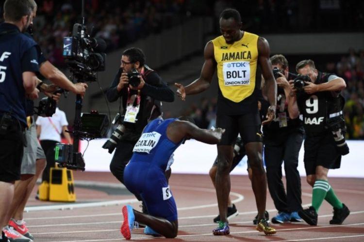 Justin Gatlin (biru) setelah mengalahkan Usain Bolt (kuning) di nomor 100 meter pada kejuaraan dunia atketik di Londin, Sabtu (05/08/2017)