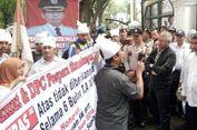 Dipecat, Ratusan Guru Honorer Datangi DPRD Sumut