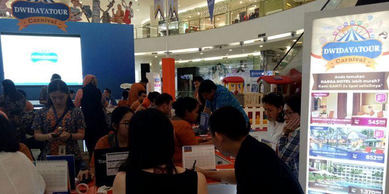 Suasana pameran wisata Dwidayatour Carnival 2017 yang diselenggarakan 15-17 September 2017, di main atrium Senayan City Mall, Jakarta.