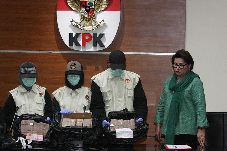 Wakil Ketua KPK Basaria Pandjaitan (kanan) bersama petugas KPK menunjukkan barang bukti uang Rp4,7 miliar hasil operasi tangkap tangan di Jambi dan Jakarta ketika konferensi pers di Gedung KPK, Jakarta, Rabu (29/11). KPK menangkap 16 orang dalam operasi tangkap tangan, Selasa (28/11) dari pihak Pemprov Jambi, DPRD Jambi dan swasta dan mengamankan barang bukti uang Rp4,7 miliar yang diduga akan digunakan untuk suap terkait penyusunan RAPBD Provinsi Jambi tahun anggaran 2018.  . ANTARA FOTO/Reno Esnir/ama/17.